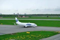 Det flygbolagBoeing 737-500 för VP-BYM UTair flygplanet förbereder sig för avvikelse från landningsbanan av Pulkovo den internati Royaltyfria Foton