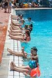 det fokuserade hungary f?r idrottshallen f?r den fr?mre gruppen harkany folket pool simningthermalen royaltyfri foto