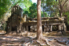 Det forntida fördärvar av en historisk en khmertempel i tempelcomplen Arkivbild