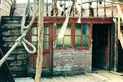 Det forntida kastade träpiratkopieringskeppet Skepphavsrep och rep Härlig retro tappningbakgrund royaltyfri fotografi
