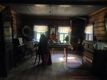 det forntida landshuset förlägga i barack den träjournalrussia ryssen Arkivbilder