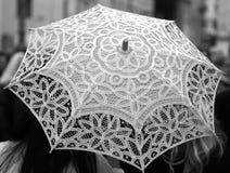 Det forntida paraplyet som hand-dekoreras all med, snör åt doilies Royaltyfria Bilder