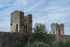 Det forntida tornet fördärvar och väggar av Monteriggioni royaltyfria bilder