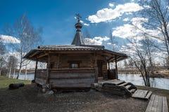 Det forntida träkapellet står på bankerna av floden Royaltyfri Fotografi