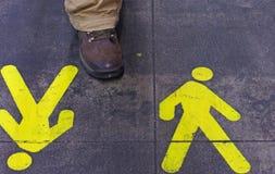 Det fot- väggulingtecknet som målas på asfalten, ytbehandlar Royaltyfri Fotografi