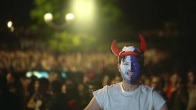 Det franska fanskriet, blick på kameran gjorde poäng målet 4K Hopp i fröjdsegerfotboll stock video