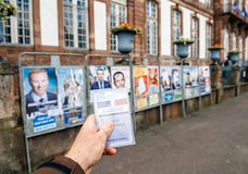Det franska väljarregistreringkortet rymde framme allra kandidater F Arkivbild