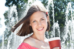 det fria för flicka för kaffekopp ung älskvärd fotografering för bildbyråer