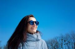 Det frialivsstilslutet upp ståenden av den härliga flickan som går i den snöig vintern, parkerar Le och tycka om vintertid royaltyfria bilder
