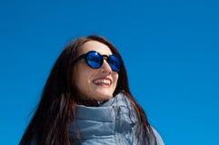 Det frialivsstilslutet upp ståenden av den härliga flickan som går i den snöig vintern, parkerar Le och tycka om vintertid fotografering för bildbyråer