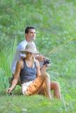 Det fridsamma barnet kopplar ihop fiske vid dammet i höst Royaltyfria Foton