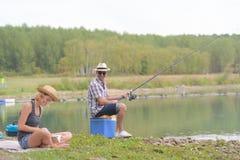 Det fridsamma barnet kopplar ihop fiske vid dammet i höst Royaltyfri Fotografi