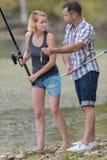 Det fridsamma barnet kopplar ihop fiske vid dammet i höst Arkivbilder