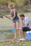 Det fridsamma barnet kopplar ihop fiske vid dammet i höst Arkivbild