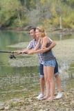 Det fridsamma barnet kopplar ihop fiske vid dammet i höst Royaltyfri Bild