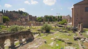 Det frilufts- museet Roman Forum och antikviteten kyrktar i Rome, Italien, panoramautsikt stock video