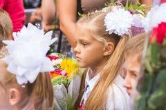Det första väghyvelanseendet i folkmassa av barn fodrar på första September Royaltyfri Bild