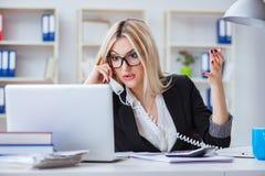 Det frustrerade arbetet för busineswoman i kontoret Royaltyfri Bild