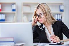 Det frustrerade arbetet för busineswoman i kontoret Royaltyfri Foto
