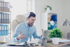 Det frustrerade ilskna förargade besvikna huvudet av ett företag är inte s Arkivfoto