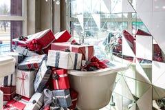 Det fulla badet av gåvor i en lyxig rörmokeri shoppar royaltyfri foto