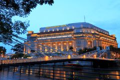 Det Fullerton hotellet i aftonen, Singapore Arkivbilder
