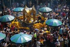Det fullsatta folket tillber till Brahma på det Ratchaprasong området, Bangkok, Thailand på 1 Januari 2018 royaltyfri foto