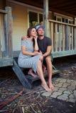 Det fundersamma romantiska paret sitter på trappan och se Arkivbild