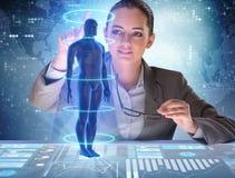 Det futuristiska begreppet för avlägsen diagnostik med affärskvinnan royaltyfri fotografi