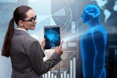 Det futuristiska begreppet för avlägsen diagnostik med affärskvinnan royaltyfria bilder