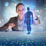 Det futuristiska begreppet för avlägsen diagnostik med affärskvinnan arkivbild
