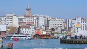 Det Galata tornet i Istanbul, ångafartyg tar turister sighten, upptaget stadsliv stock video