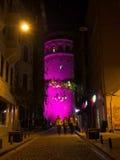 Det Galata tornet på natten - rosa färg Arkivfoton