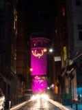 Det Galata tornet på natten - rosa färg Royaltyfria Bilder
