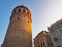 Det Galata tornet tände vid inställningssolen i Istanbul, Turkiet Arkivbilder