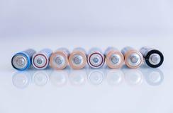 Det gamla batteriet läckte, farlig avfalls abstrakt bakgrund av färgrika batterier Aa-format för alkaliskt batteri grupp Royaltyfria Bilder