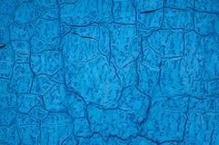 Det gamla blåa arket av järn täckas med sprickor abstrakt bakgrund Royaltyfria Foton