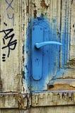 Det gamla dörrhandtaget som besprutas med blått, målar, HDR Royaltyfria Bilder
