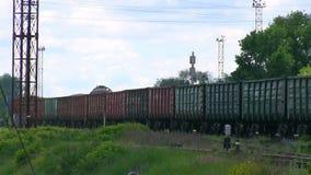 Det gamla drevet går till och med den järnväg korsningen, röker arkivfilmer