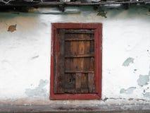 Det gamla fönstret av det gamla trähuset Bakgrund av träväggar wood fönsteryttersida, med en abstrakt uttrycksfull vertikal linje Royaltyfria Foton