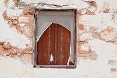 Det gamla fönstret fördärvar in Royaltyfria Bilder