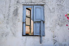 Det gamla fönstret fördärvar in Arkivbild