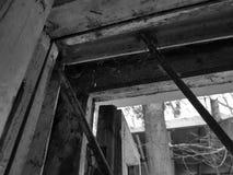 Det gamla fönstret med låser och skyddsgallret arkivbilder