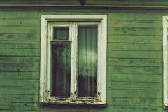 Det gamla förfallna fönsterramhuset Royaltyfri Foto