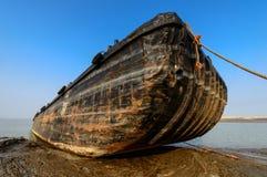 Det gamla fartyget som stoppas på kusten Royaltyfri Bild