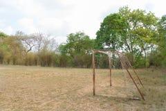 Det gamla fotbollmålet under solljus Fotografering för Bildbyråer