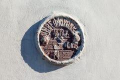 Det gamla geodetiska tecknet på väggen av byggnad Fotografering för Bildbyråer
