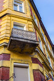 Det gamla historiska hyreshushuset i Krakow, Polen Fotografering för Bildbyråer