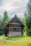 Det gamla historiska journalhuset i lantliga Ryssland, Sibirien omgav vid sommarskogen Arkivbilder