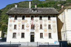 Det gamla huset av Landvogti på Cevio på den Maggia dalen Arkivbild